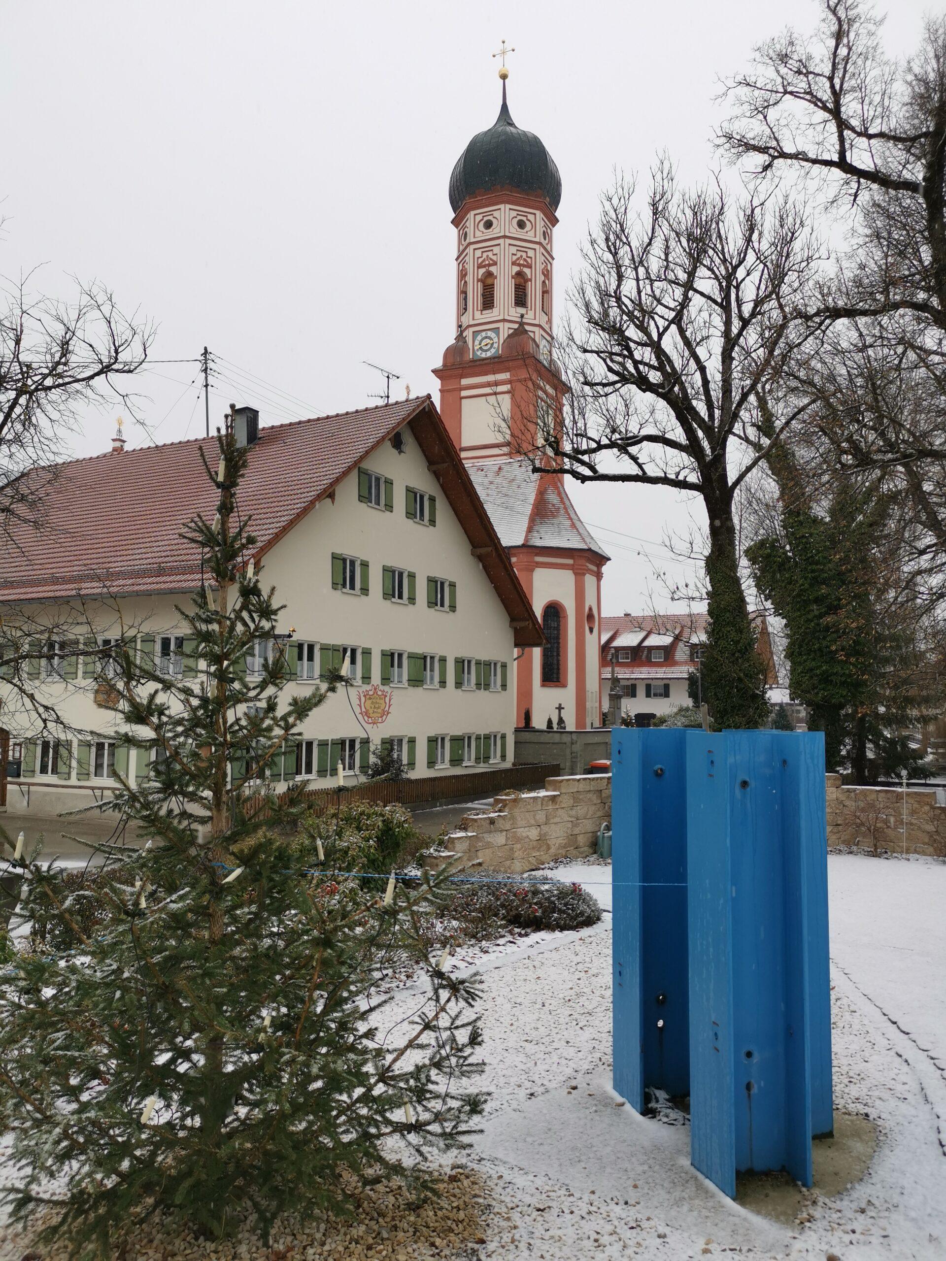 Gasthof und Kirche am Dorfplatz